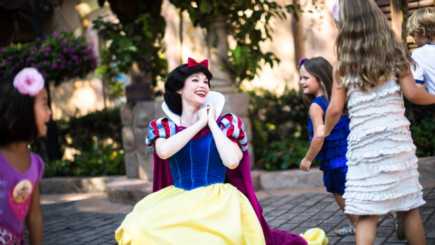 character-meet-snow-white-00