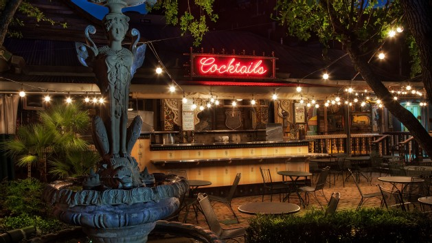 front-porch-bar-at-house-of-blues-restaurant-00