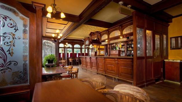 rose-and-crown-pub-and-dining-room-00